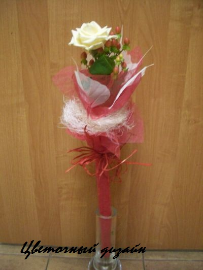 Оформление букета из одной розы своими руками7
